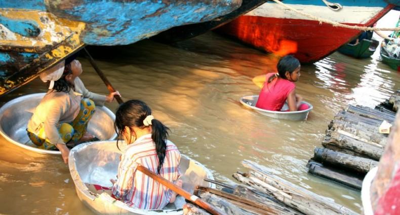 tajskie dziewczynki pływają w miskach